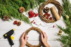 Χειροποίητο diy υπόβαθρο Χριστουγέννων Παραγωγή του στεφανιού και των διακοσμήσεων Χριστουγέννων τεχνών Τοπ άποψη του άσπρου ξύλι Στοκ εικόνες με δικαίωμα ελεύθερης χρήσης