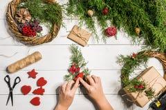 Χειροποίητο diy υπόβαθρο Χριστουγέννων Παραγωγή του στεφανιού και των διακοσμήσεων Χριστουγέννων τεχνών Τοπ άποψη του άσπρου ξύλι Στοκ φωτογραφίες με δικαίωμα ελεύθερης χρήσης