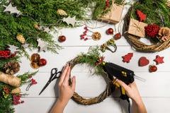 Χειροποίητο diy υπόβαθρο Χριστουγέννων Παραγωγή του στεφανιού και των διακοσμήσεων Χριστουγέννων τεχνών Τοπ άποψη του άσπρου ξύλι Στοκ φωτογραφία με δικαίωμα ελεύθερης χρήσης