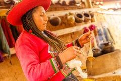 Χειροποίητο lavoration ζωηρόχρωμου, μαλλιού προβατοκαμήλου, Περού στοκ εικόνες