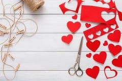 Χειροποίητο scrapbooking υπόβαθρο ημέρας βαλεντίνων, κάρτα καρδιών cut-$l*and-$l*paste Στοκ Φωτογραφίες