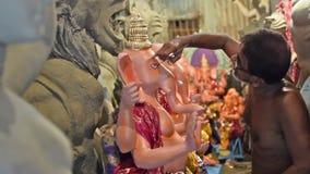 Χειροτεχνικά μάτια σχεδίων του ειδώλου αργίλου Λόρδου Ganesha, Kolkata, Καλκούτα, Ινδία φιλμ μικρού μήκους