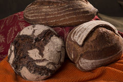 Χειροτεχνικές μαγιά και σίκαλη 2 ψωμιού στοκ φωτογραφία