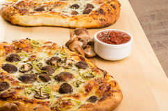 Χειροτεχνική πίτσα μαράθου μανιταριών Στοκ εικόνα με δικαίωμα ελεύθερης χρήσης