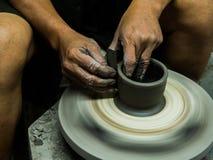 Χειροτεχνικός κάνοντας ένα δοχείο αργίλου με τα χέρια Στοκ φωτογραφία με δικαίωμα ελεύθερης χρήσης