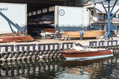 Χειροτεχνικός στην εργασία στην κατασκευή της βάρκας Στοκ φωτογραφίες με δικαίωμα ελεύθερης χρήσης