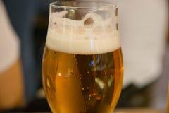 Χειροτεχνικό ποτήρι της μπύρας ξανθού γερμανικού ζύού Στοκ Φωτογραφία