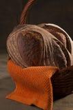 Χειροτεχνικό ψωμί σε ένα καλάθι 1 στοκ εικόνες