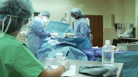 Χειρουργική ομάδα που εργάζεται στο λειτουργούν θέατρο απόθεμα βίντεο
