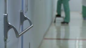 Χειρουργική ομάδα που περπατά έξω από το λειτουργούν δωμάτιο φιλμ μικρού μήκους