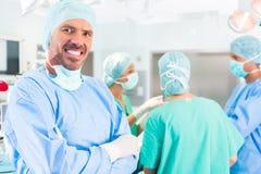 Χειρούργοι νοσοκομείων που αναπτύσσουν δραστηριότητες στο δωμάτιο λειτουργίας Στοκ Εικόνα