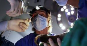 Χειρούργοι που εκτελούν τη λειτουργία 4k απόθεμα βίντεο