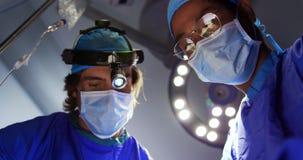 Χειρούργοι που εκτελούν τη λειτουργία 4k φιλμ μικρού μήκους