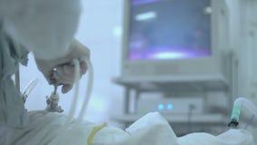 Χειρούργοι που εκτελούν τη χειρουργική επέμβαση στο λειτουργούν θέατρο φιλμ μικρού μήκους