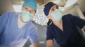 Χειρούργοι που μιλούν στον ασθενή μετά από τη λειτουργία απόθεμα βίντεο