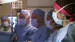 Χειρούργοι που ολοκληρώνουν μια χειρουργική επέμβαση (3 15) απόθεμα βίντεο