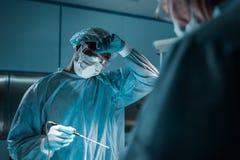 χειρούργος αφροαμερικάνων σχετικά με το μέτωπο στοκ φωτογραφία