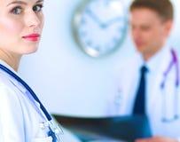 Χειρούργος και γιατρός που αναλύουν την ακτίνα X μαζί στο ιατρικό γραφείο στοκ εικόνες