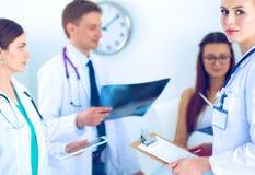 Χειρούργος και γιατρός που αναλύουν την ακτίνα X μαζί στο ιατρικό γραφείο στοκ εικόνες με δικαίωμα ελεύθερης χρήσης