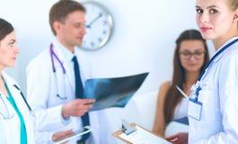 Χειρούργος και γιατρός που αναλύουν την ακτίνα X μαζί στο ιατρικό γραφείο στοκ φωτογραφία με δικαίωμα ελεύθερης χρήσης