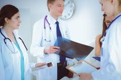 Χειρούργος και γιατρός που αναλύουν την ακτίνα X μαζί στο ιατρικό γραφείο στοκ φωτογραφίες
