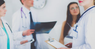 Χειρούργος και γιατρός που αναλύουν την ακτίνα X μαζί στο ιατρικό γραφείο στοκ φωτογραφίες με δικαίωμα ελεύθερης χρήσης