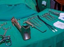 Χειρούργος και παλαιά χειρουργικά εργαλεία Στοκ Φωτογραφία