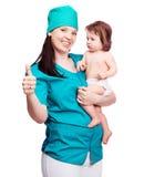 Χειρούργος με ένα μωρό Στοκ εικόνα με δικαίωμα ελεύθερης χρήσης
