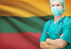 Χειρούργος με τη εθνική σημαία στη σειρά υποβάθρου - Λιθουανία Στοκ Φωτογραφίες