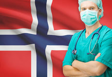 Χειρούργος με τη εθνική σημαία στη σειρά υποβάθρου - Νορβηγία Στοκ Φωτογραφίες