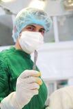 Χειρούργος με το χειρουργικό νυστέρι Στοκ εικόνες με δικαίωμα ελεύθερης χρήσης