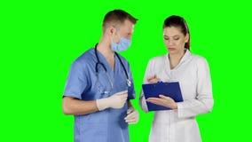 Χειρούργος που δίνει τις οδηγίες πράσινη οθόνη απόθεμα βίντεο