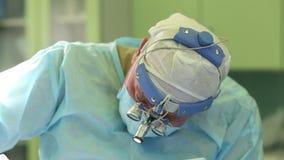Χειρούργος που εκτελεί τη αισθητική χειρουργική στη μύτη στο λειτουργούν δωμάτιο νοσοκομείων Rhinoplasty απόθεμα βίντεο