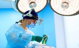 Χειρούργος που λειτουργεί έναν ασθενή στο λειτουργούν δωμάτιο Στοκ Φωτογραφία