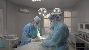 Χειρούργος χεριών που καταναλώνει ένα ηλεκτρονικό χειρουργικό νυστέρι κοντά Στοκ φωτογραφίες με δικαίωμα ελεύθερης χρήσης