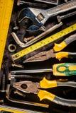 Χειρωνακτικά εργαλεία σε ένα μεταλλικό υπόβαθρο Στοκ Εικόνες
