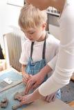 Χειρωνακτικά εργαστήρια για τα παιδιά, σχηματοποίηση αργίλου Στοκ φωτογραφία με δικαίωμα ελεύθερης χρήσης
