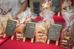 Χειρωνακτικά μπισκότα για την πώληση στη χειροτεχνική αγορά σε Ile rousse στοκ εικόνες