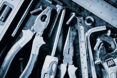Χειρωνακτικές εργαλεία και βίδες με ένα μεταλλικό μπλε χρώμα Στοκ εικόνα με δικαίωμα ελεύθερης χρήσης