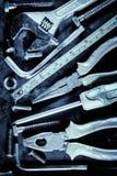 Χειρωνακτικές εργαλεία και βίδες με ένα μεταλλικό μπλε χρώμα Στοκ Φωτογραφία