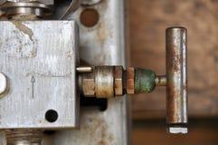 Χειρωνακτική βαλβίδα διαδικασίας παραγωγής πετρελαίου και φυσικού αερίου στην ανοικτής και στενής λειτουργία, από τον εργαζόμενο  Στοκ Εικόνα
