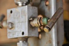 Χειρωνακτική βαλβίδα διαδικασίας παραγωγής πετρελαίου και φυσικού αερίου στην ανοικτής και στενής λειτουργία, από τον εργαζόμενο  Στοκ φωτογραφίες με δικαίωμα ελεύθερης χρήσης