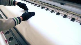 Χειρωνακτική υλική κοπή στο βίντεο εργαστηρίων απόθεμα βίντεο