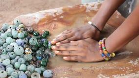 Χειρωνακτικός καθαρισμός των χαντρών γυαλιού στην κατασκευή, Γκάνα απόθεμα βίντεο