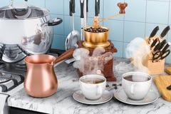 Χειρωνακτικός μύλος καφέ με τα φλιτζάνια του καφέ και το τουρκικό cof χαλκού απεικόνιση αποθεμάτων