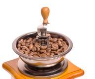 Χειρωνακτικός μύλος καφέ με τα σιτάρια καφέ Στοκ Φωτογραφία