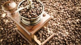 Χειρωνακτικός μύλος καφέ με τα φασόλια καφέ Στοκ εικόνες με δικαίωμα ελεύθερης χρήσης
