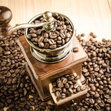 Χειρωνακτικός μύλος καφέ με τα φασόλια καφέ Στοκ Φωτογραφίες
