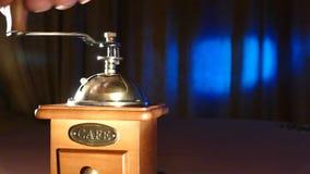 Χειρωνακτικός μύλος καφέ σε ένα μπλε υπόβαθρο, σιτάρι απόθεμα βίντεο