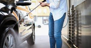 Χειρωνακτικό πλύσιμο αυτοκινήτων με το διατηρημένο σταθερή ατμοσφαιρική πίεση νερό στο πλύσιμο αυτοκινήτων Στοκ φωτογραφία με δικαίωμα ελεύθερης χρήσης